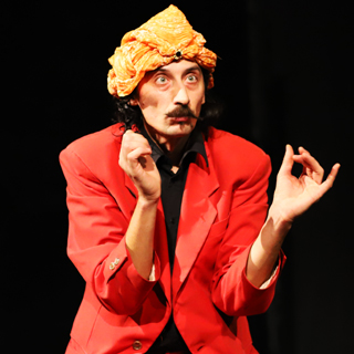 mister mustache – mr. mustache – artista di strada – spettacolo comico – giullare medievale – clown – franco di berardino – 6